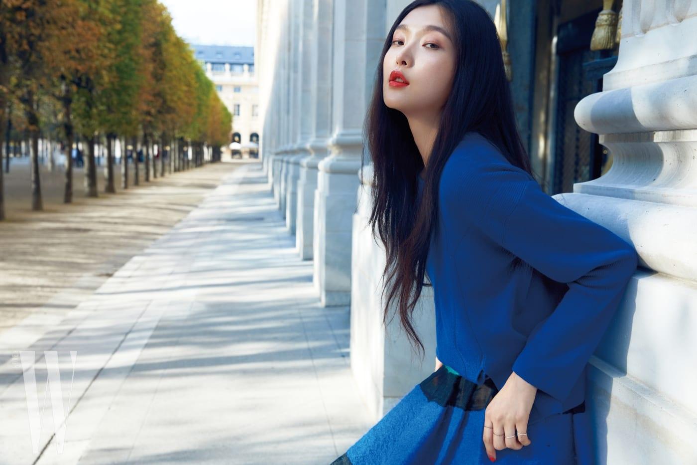 파란색 니트와 스커트는 조르지오 아르마니 제품.