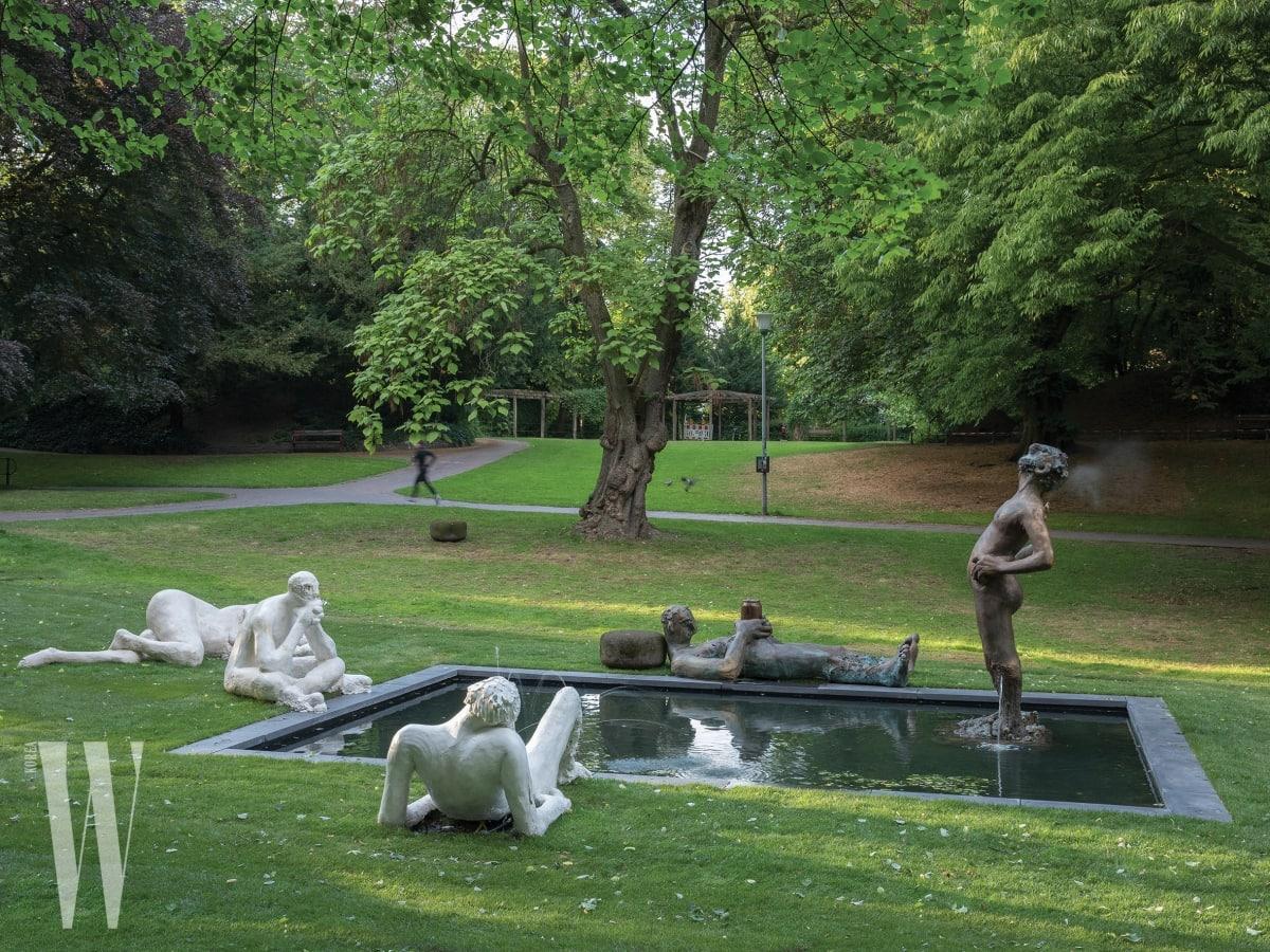 뮌스터 공원 근교 호수에 설치된 니콜 아이젠만의 반추상 인물 조각들.