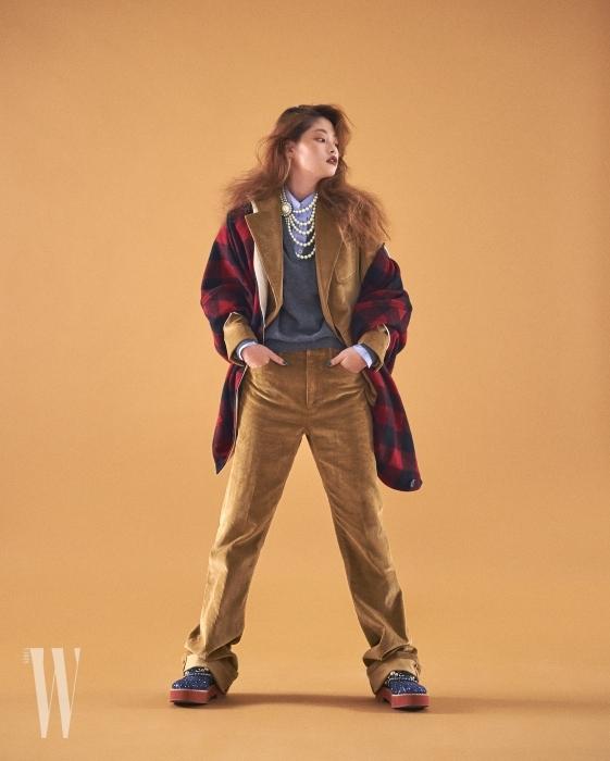푸른색 셔츠와 니트, 코듀로이 재킷과 팬츠, 반짝이 플랫폼 슈즈는 모두 프라다 제품. 여러 겹으로 이루어진 진주 목걸이는 미우미우 제품. 아우터처럼 연출한 체크 원피스는 마르니 제품.