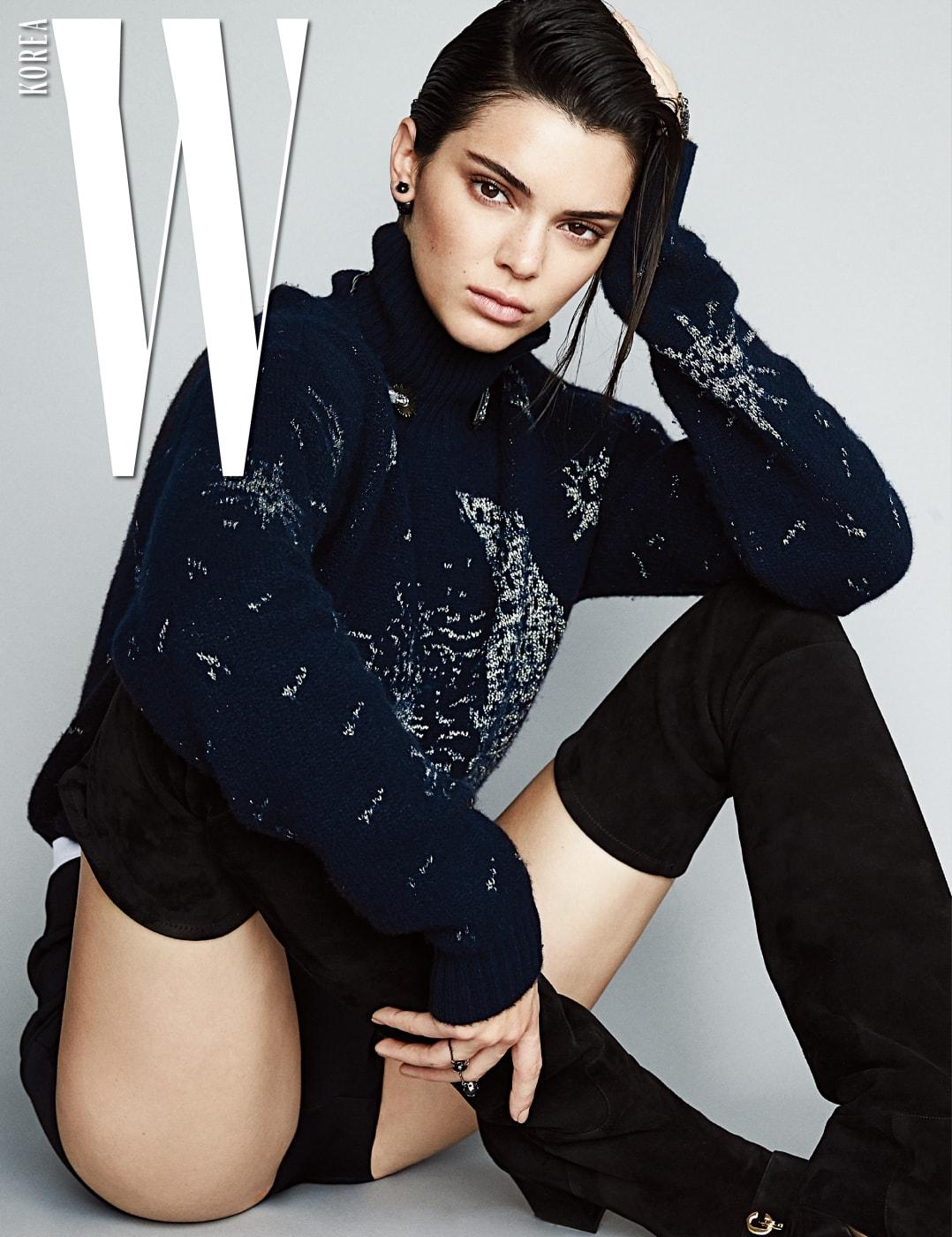 정교한 장식미가 돋보이는 풀오버 스웨터와 쇼츠, 초커, 귀고리, 반지, 스웨이드 소재의 사이하이 부츠는 모두 Dior 제품.