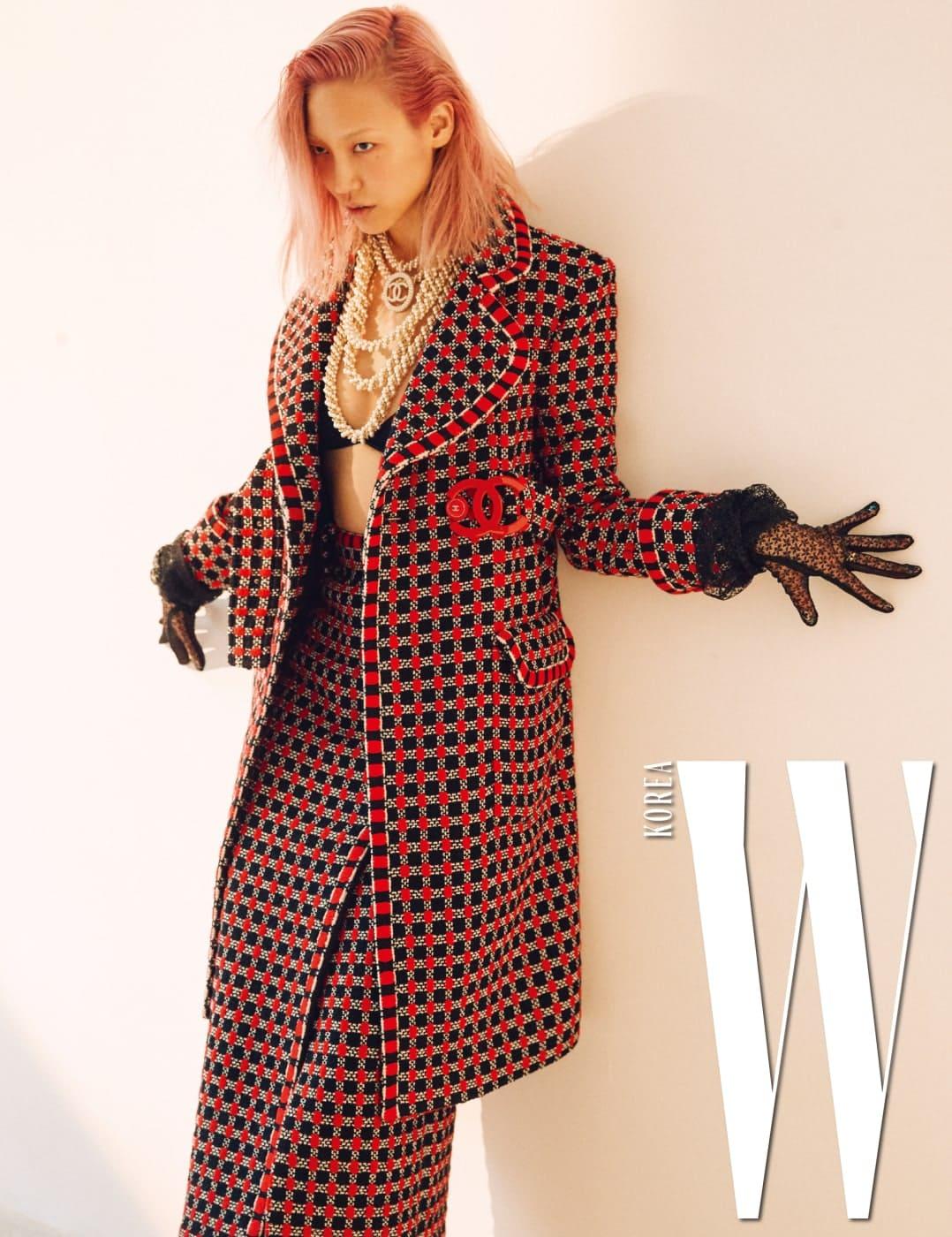 로고 벨트 장식 판타지 트위드 소재 코트와 스커트, 진주 목걸이는 모두 Chanel 제품.