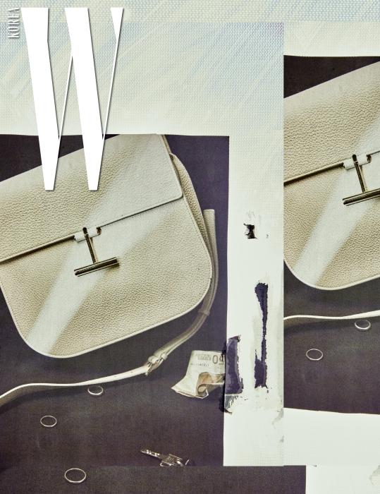 데이 웨어부터 이브닝 웨어까지 두루 잘 어울리는 세련된 디자인의 '타라' 백은 Tom Ford 제품.