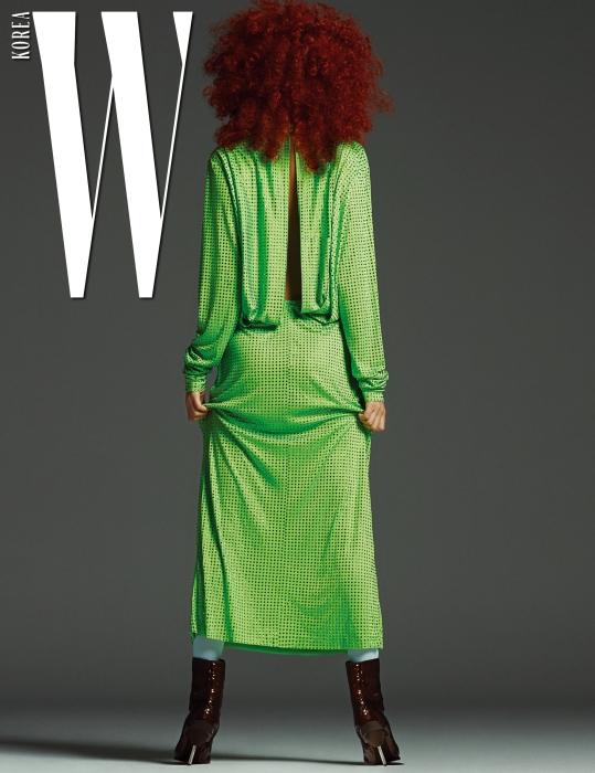 등 뒤 절개가 매력적인 라인스톤 장식 드레스와 페이턴트 소재의 갈색 슈즈는 Emilio Pucci 제품
