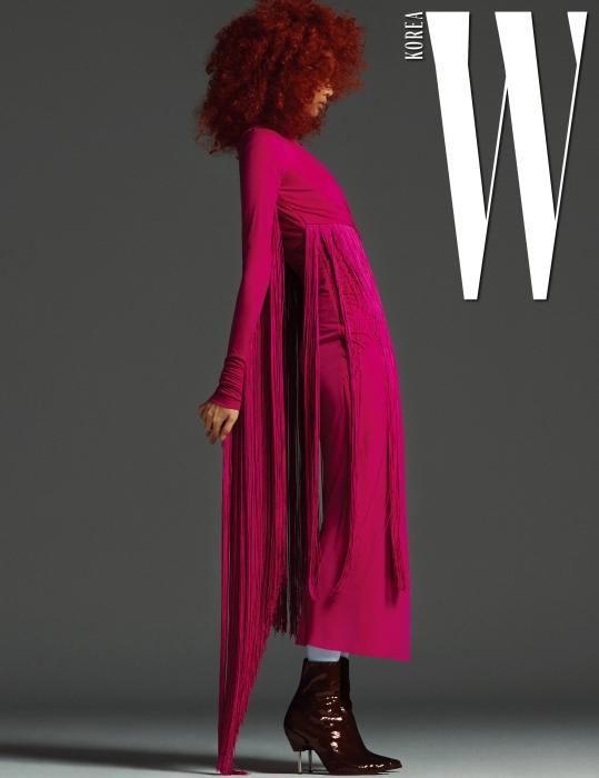 강렬한 색상의 프린지 장식 원피스와 페이턴트 소재의 갈색 슈즈는 Emilio Pucci 제품.