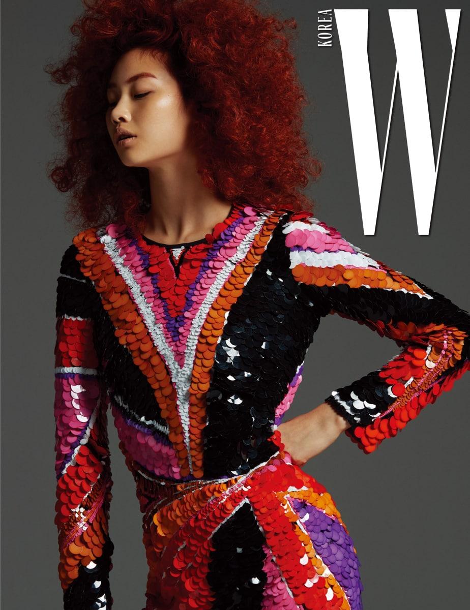 다양한 색상이 어우러진 시퀸 장식 드레스는 Emilio Pucci 제품.