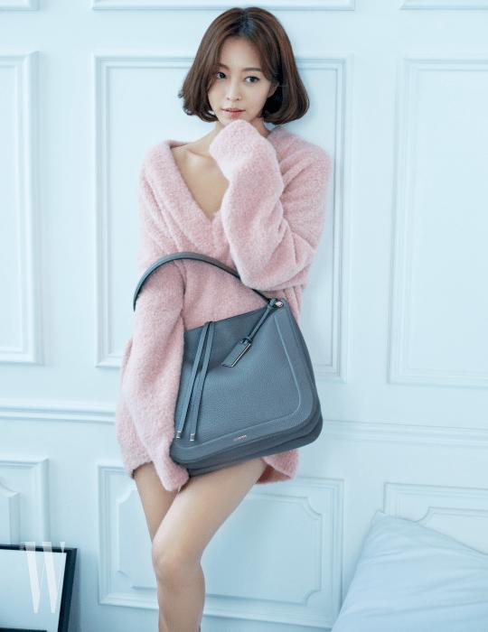 수납 공간이 넉넉해 더욱 실용적인 '스칼렛' 백은 Joy Gryson 제품. 사랑스러운 색감의 벌키한 니트 스웨터는 Cedric Charlier by 10 Corso Como 제품.