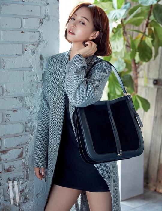 테일러링이 돋보이는 룩들과 특히 잘 어울리는 '스칼렛' 백은 Joy Gryson 제품. 하운드투스 패턴의 트렌치 코트는 Nina Ricci 제품. 검정 미니 드레스는 스타일리스트 소장품.