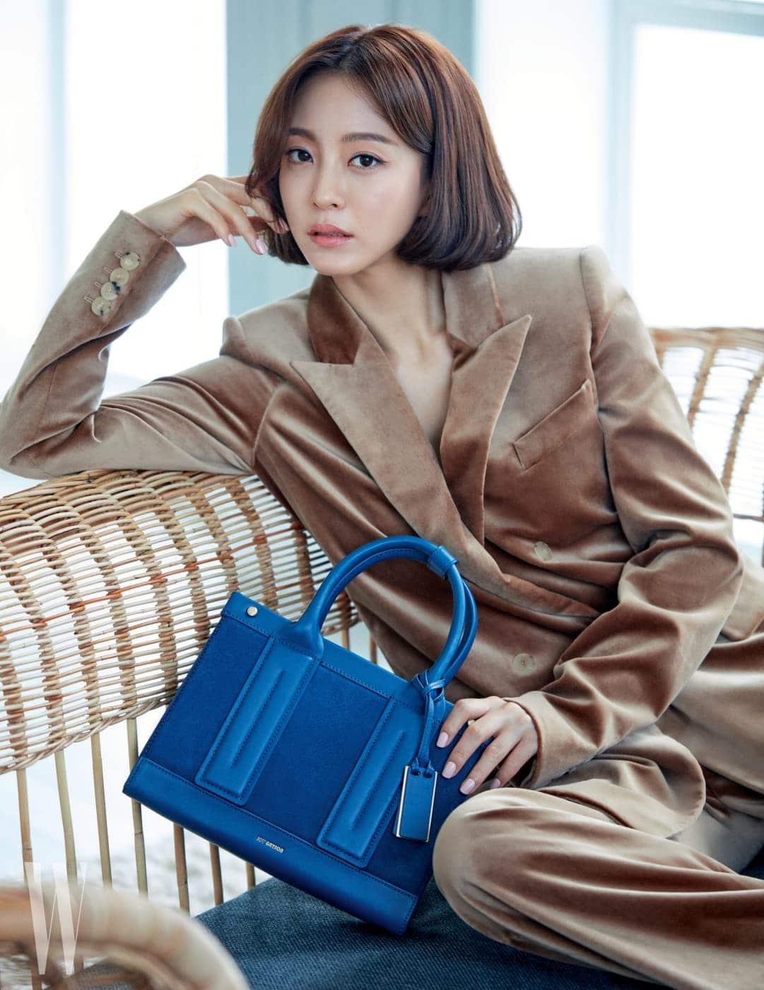 스웨이드와 가죽 소재의 배합이 특징인 '사바' 백은 Joy Gryson 제품. 벨벳 소재 재킷과 와이드 팬츠는 모두 Max Mara 제품.