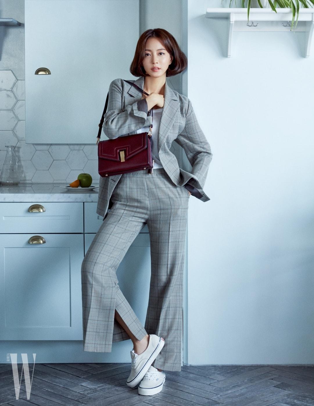 클래식한 무드가 묻어나는 '나오미' 백은 Joy Gryson 제품. 클래식한 체크 패턴의 재킷과 팬츠는 모두 Raive, 다양한 룩에 매치하기 좋은 스니커즈는 Vans 제품. 화이트 티셔츠는 스타일리스트 소장품