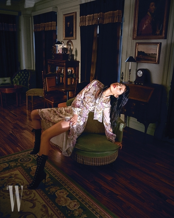 물감으로 그린 듯한 꽃무늬가 여성스러운 리본 장식 롱 드레스와 레이스업 부츠는 Giambattista Valli 제품.