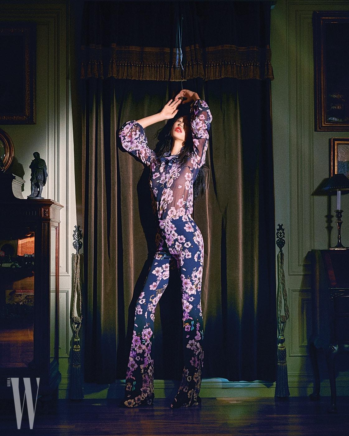 화려한 꽃무늬 시스루 블라우스와 다리 라인을 날씬하게 잡아주는 꽃무늬 팬츠는 Giambattista Valli 제품.
