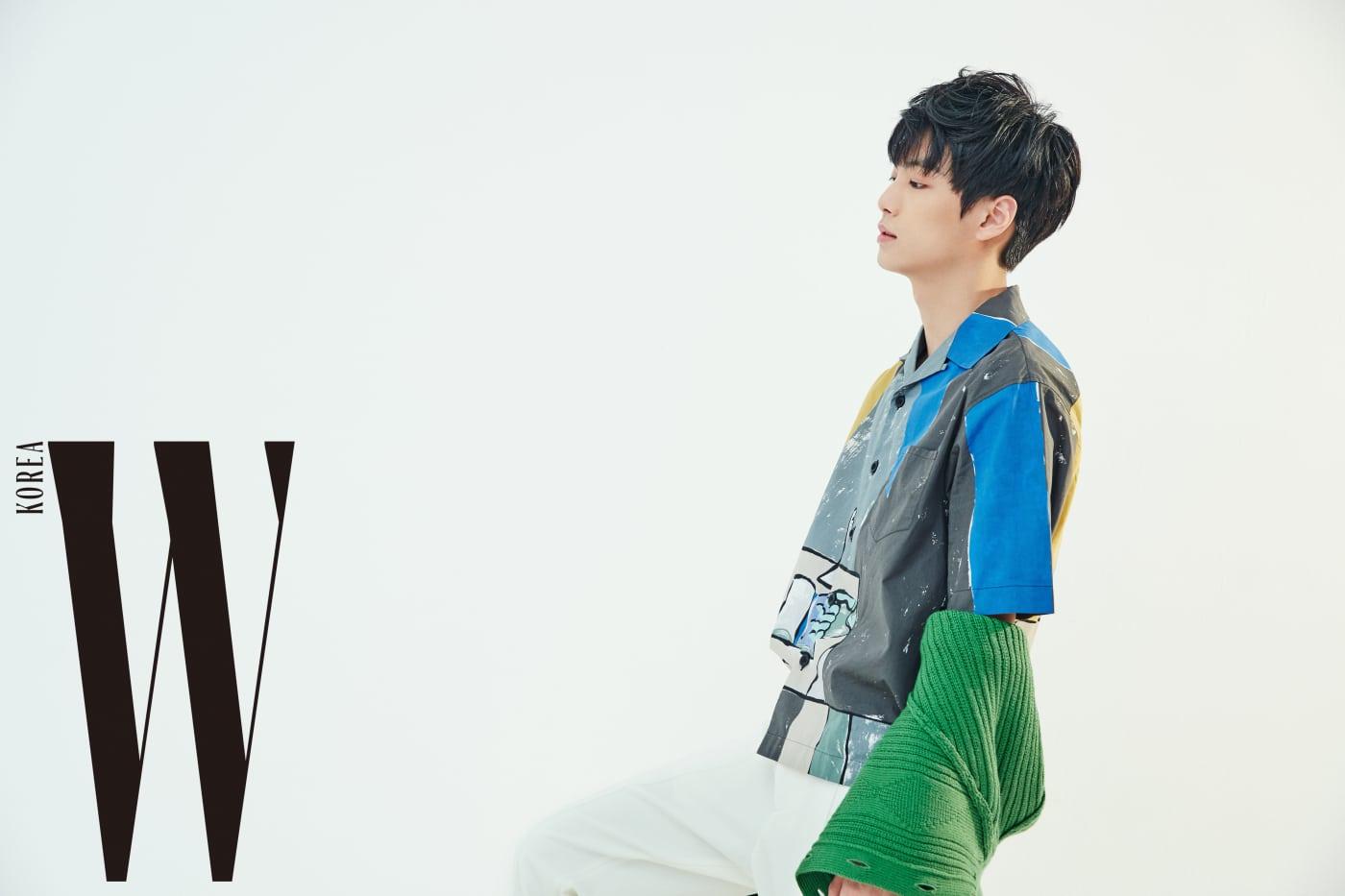 JR이 입은 녹색 니트 카디건과 아트 프린팅 셔츠는 프라다, 흰색 팬츠는 보테가 베네타 제품