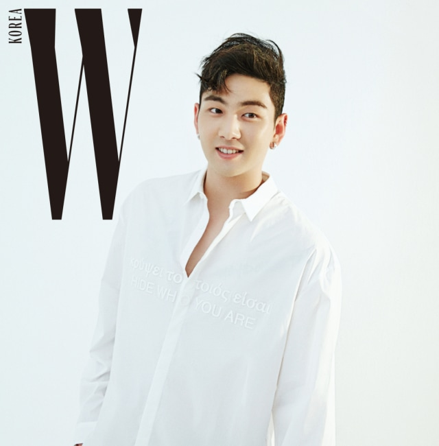 백호가 입은 흰색 레터링 셔츠는 준지, 줄무늬 팬츠는 SWBD 제품.