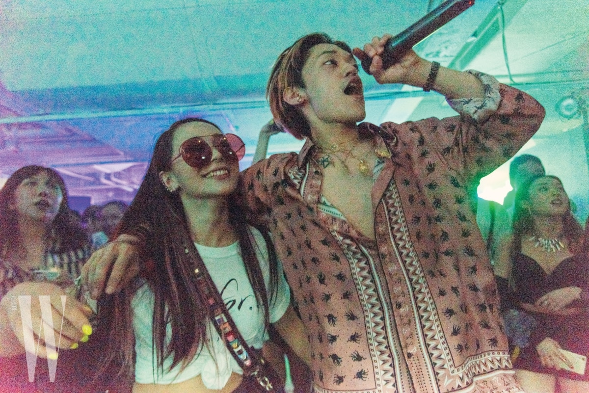 공연을 즐기고 있는 하린과 래퍼 오케이션.