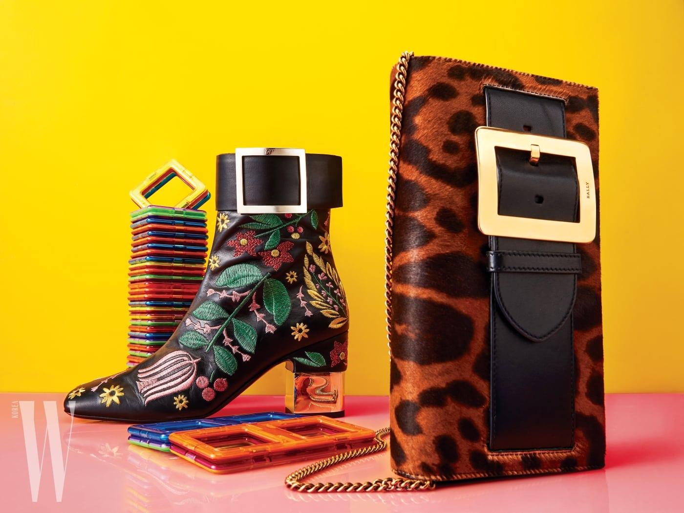 아카이브에서 영감을 받은 정사각형 버클로 포인트를 준 앵클부츠는 로저 비비에 제품. 가격 미정. 군더더기 없는 형태에 레오퍼드 패턴으로 섹시한 무드를 더한 클러치는 발리 제품. 가격 미정.