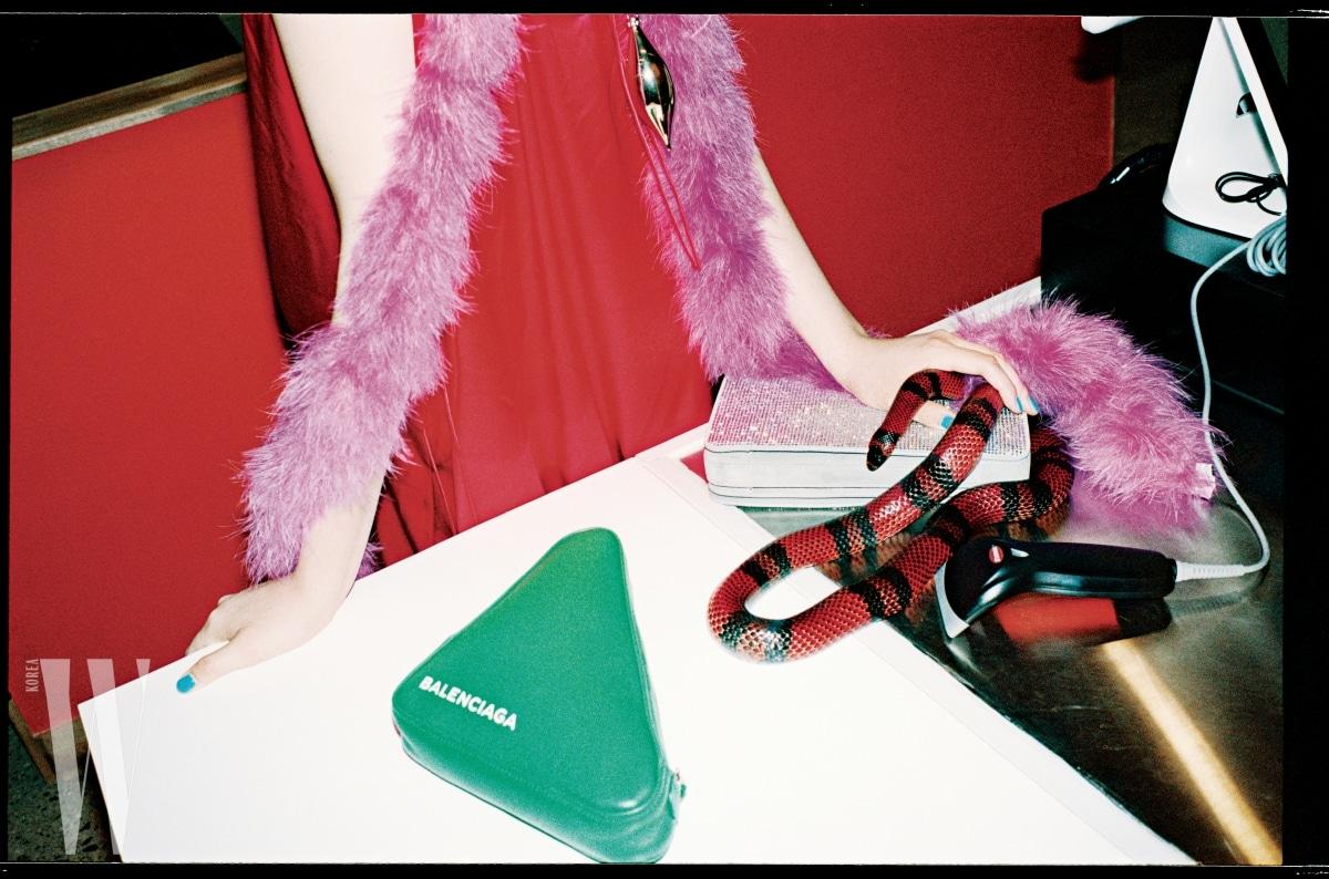 진한 핑크색 드레스와 모피 머플러, 초록색 삼각형 클러치와 은색 사각 클러치는 모두 발렌시아가 제품. 각각 1백97만5천원, 49만5천원, 가격 미정.