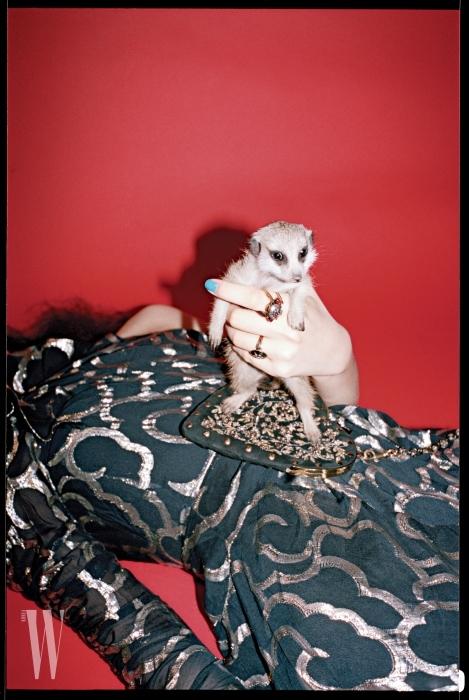 손가락에 낀 반지와 금박 자수 핸드백은 디올 제품. 가격 미정. 금박 장식 원숄더 드레스는 이자벨 마랑 제품. 가격 미정.