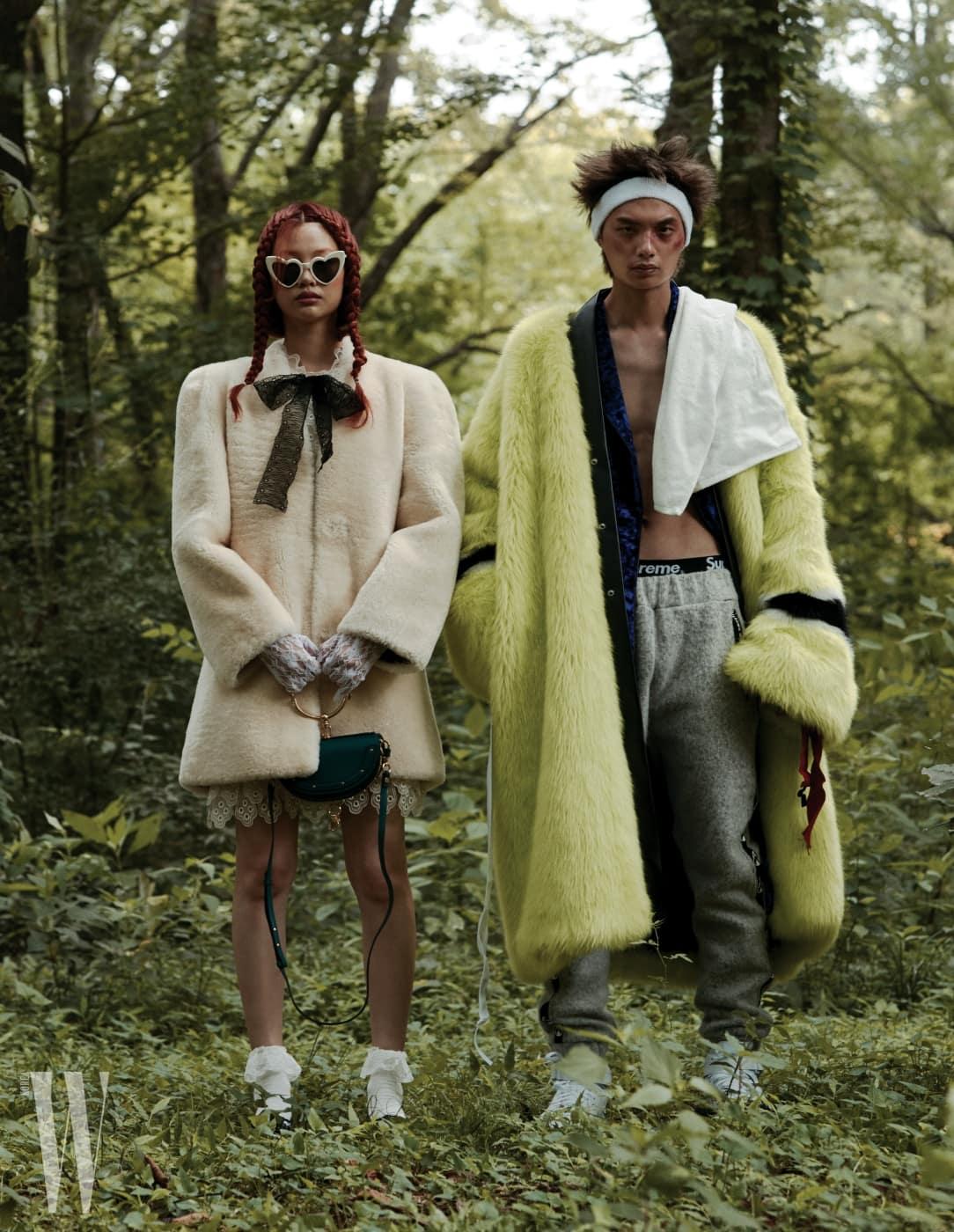 정호연이 입은 퍼 코트, 리본 장식 레이스 드레스, 가방은 모두 Chloe, 하트 모양 선글라스는 Saint Laurent 제품. 송준호가 입은 퍼 코트, 로브, 트레이닝 팬츠는 모두 Kimmy J, 스니커즈는 Kye 제품.