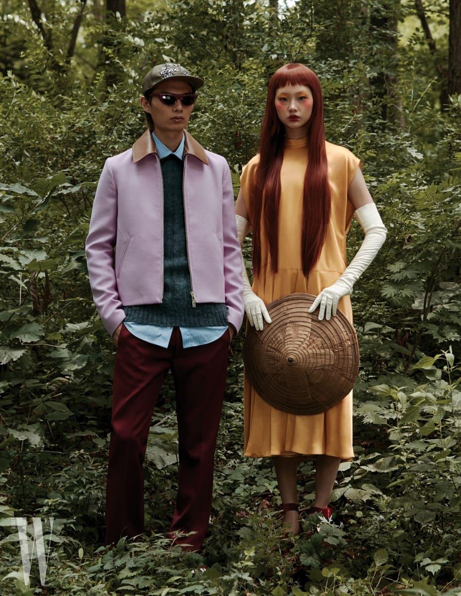 송준호가 입은 분홍색 재킷, 니트 톱, 셔츠, 팬츠, 모자, 슈즈는 모두 Valentino 제품. 정호연이 입은 드레스는 Valentino, 빨간색 스트랩 슈즈는 Jinteok for Francoise 제품.