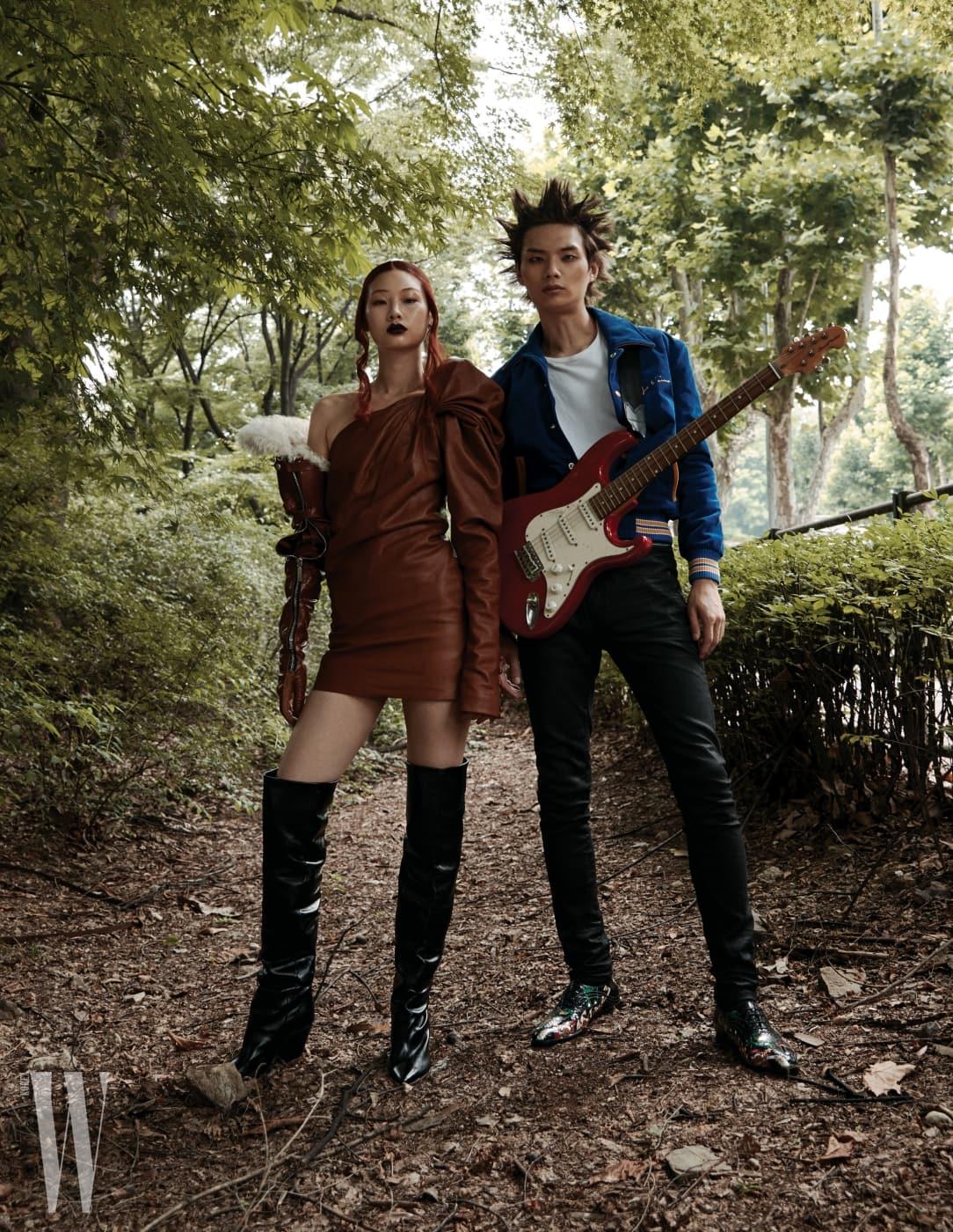 정호연이 입은 가죽 드레스, 부츠는 Saint Laurent by Anthony Vaccarello 제품. 송준호가 입은 재킷, 티셔츠, 팬츠, 슈즈는 모두 Saint Laurent by Anthony Vaccarello 제품.