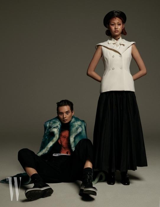 송준호가 입은 퍼 재킷, 니트 톱, 슈즈는 모두 Dior 제품. 정호연이 입은 테일러드 재킷, 스커트, 베레모, 초커는 모두 Dior, 부츠는 Roger Vivier 제품.