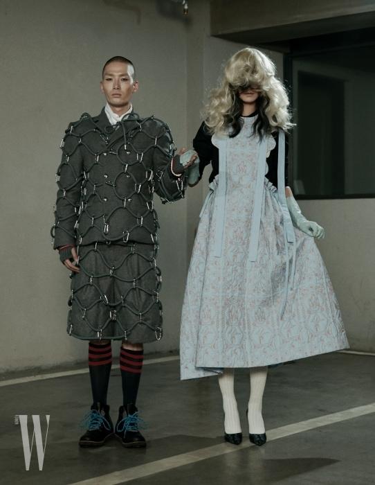 노마한이 입은 재킷, 쇼츠, 셔츠, 장갑은 모두 Moncler Gamme Bleu, 슈즈는 Ugg 제품. 퐁리가 입은 셔츠, 드레스, 슈즈는 모두 Minjukim 제품.