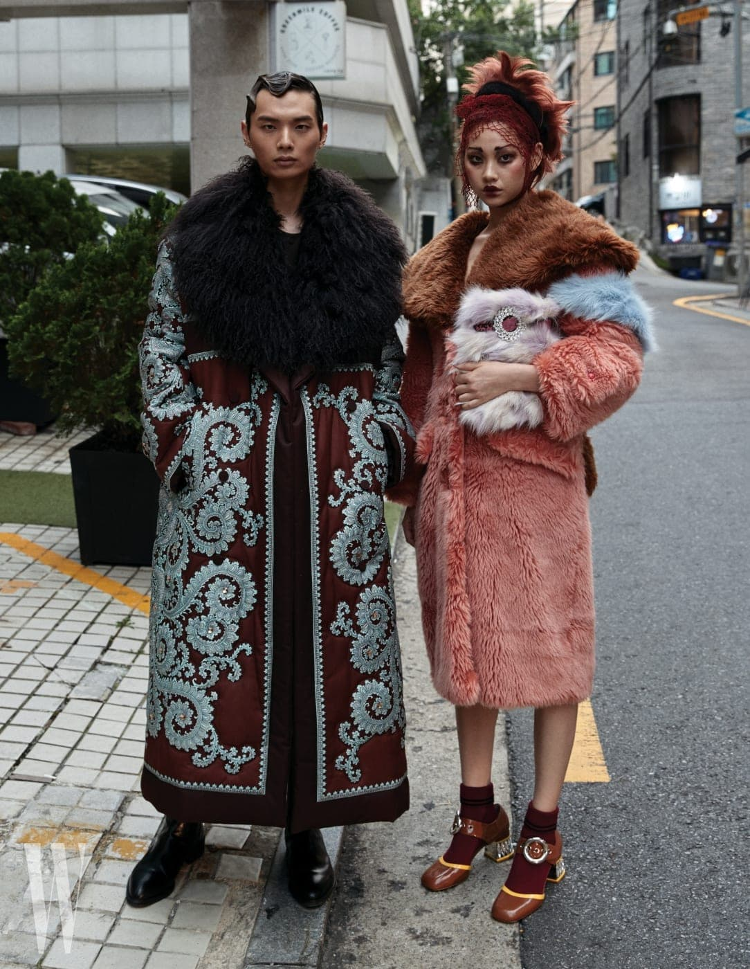 송준호가 입은 귀족적인 퍼 칼라 장식 코트, 셔츠, 팬츠, 첼시 부츠는 모두 Kimseoryong Homme 제품. 정호연이 입은 에코 퍼 코트, 가방, 양말, 버클 장식 슈즈는 모두 Miu Miu 제품.