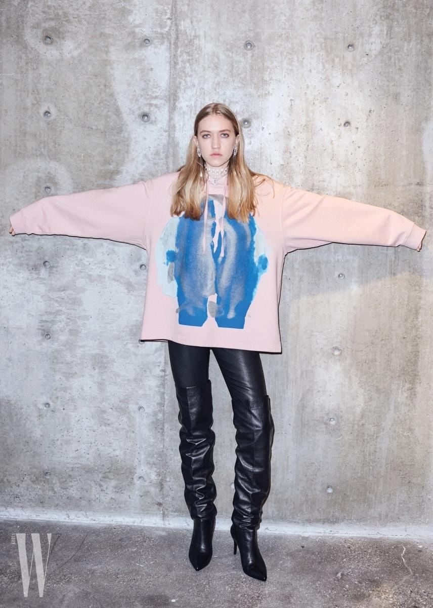 이번 협업 컬렉션을 입고 캠페인 촬영한 킴 고든의 딸 코코.