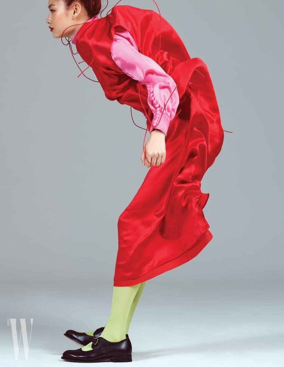 긴 끈으로 스타일 연출이 가능한 실크 드레스는 발렌시아가 제품. 1백97만5천원. 안에 입은 핑크색 실크 블라우스는 구찌 제품. 1백28만원. 검은색 메리제인 슈즈는 트리커즈 by 유니페어 제품. 59만9천원. 연두색 스타킹은 스타일리스트 소장품.