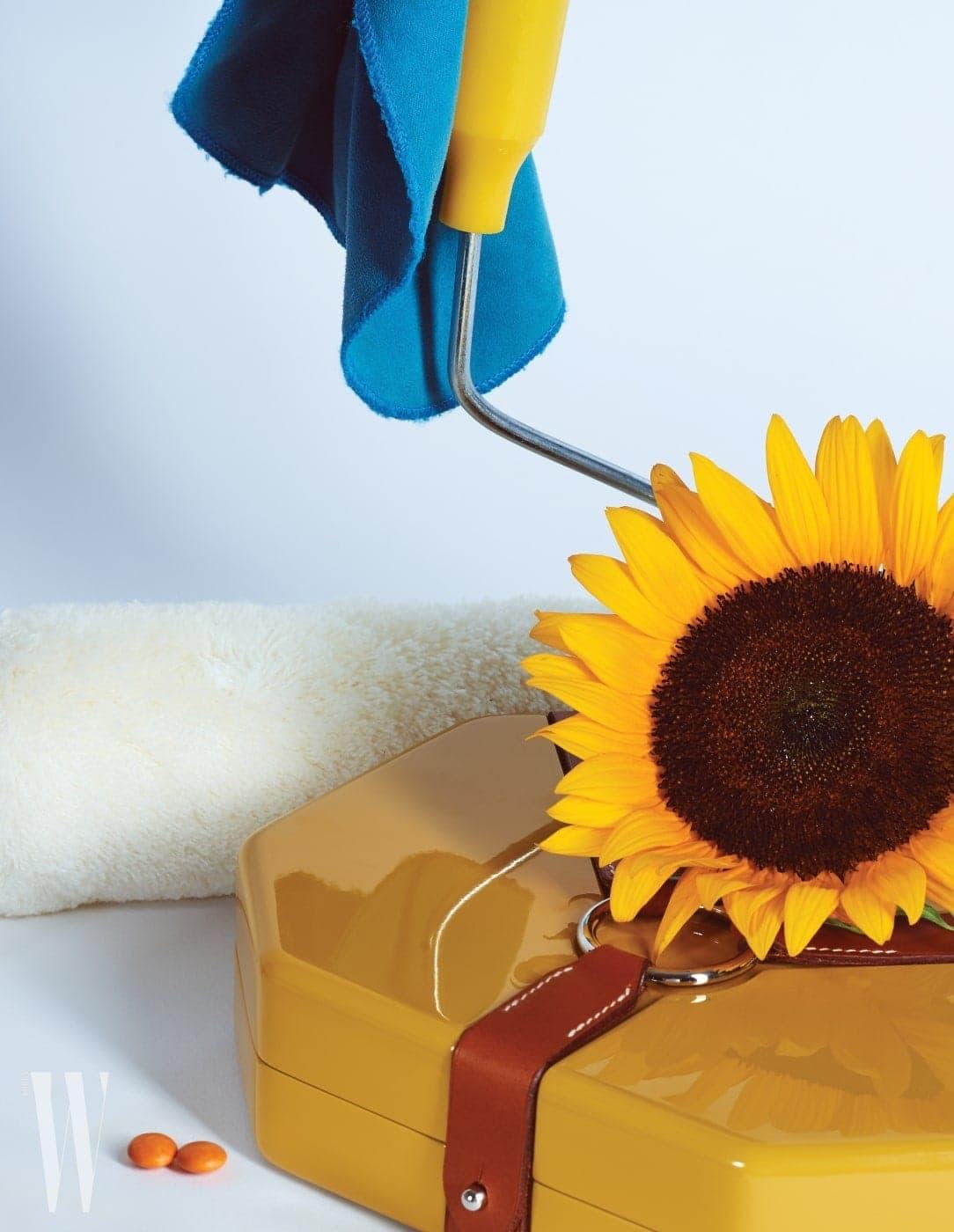 가죽 끈이 묶인 카키색 팔각형 함은 에르메스 제품. 가격 미정.