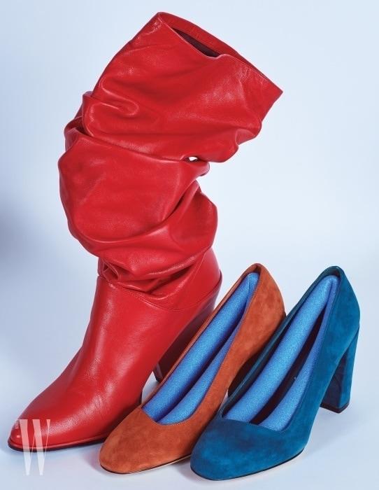 주름이 잡힌 빨간색 가죽 부츠는 스튜어트 와이츠먼 제품. 가격 미정. 스웨이드 소재의 주황, 청록 펌프스는 살바토레 페라가모 제품. 가격 미정.