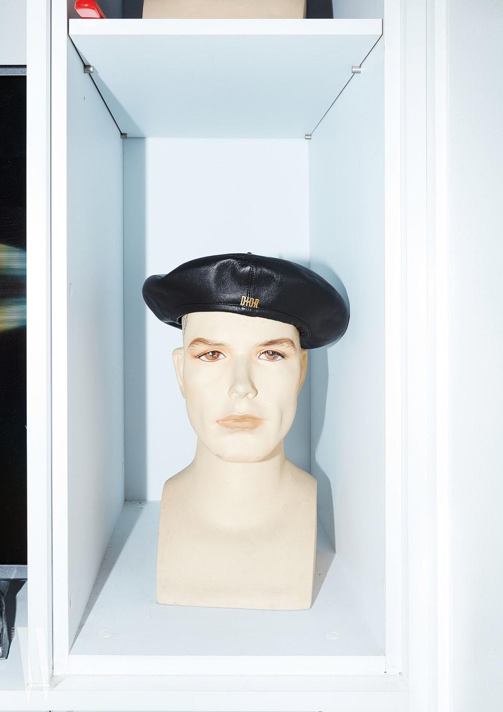 금속 로고가 장식된 가죽 베레는 디올 제품. 1백만원대.