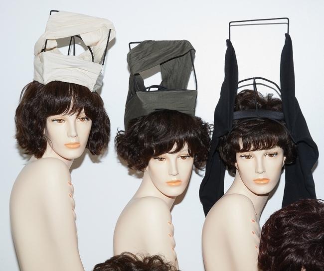 구조적인 형태의 모자는 모두 릭 오웬스 제품. 가격 미정.