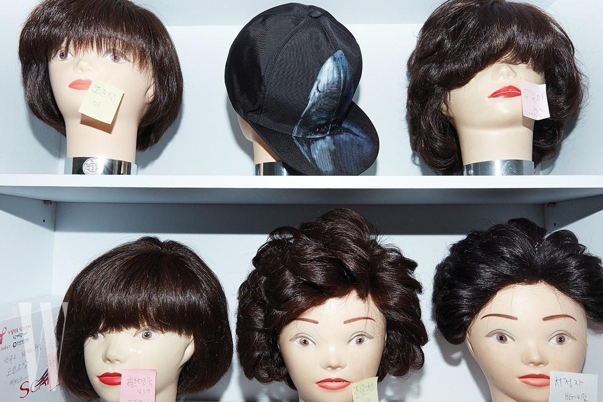 상어 프린트의 검정 캡 모자는 지방시 제품. 65만원.