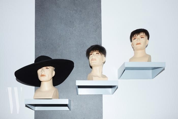 큼직한 챙이 인상적인 펠트 소재 모자는 조르지오 아르마니 제품. 가격 미정.