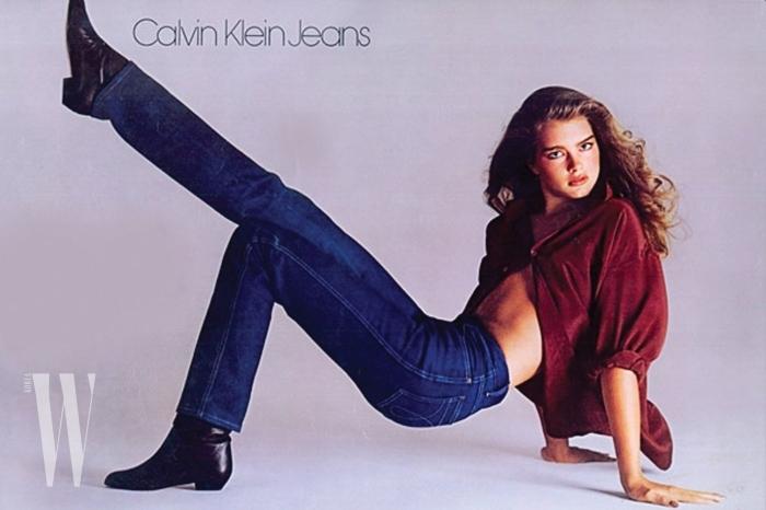 . 1981년, 리처드 애버던이 찍은 브룩실즈. 이 광고 사진은 이번 시즌 캘빈 클라인 컬렉션의 데님 재킷 라벨로 사용되었다.