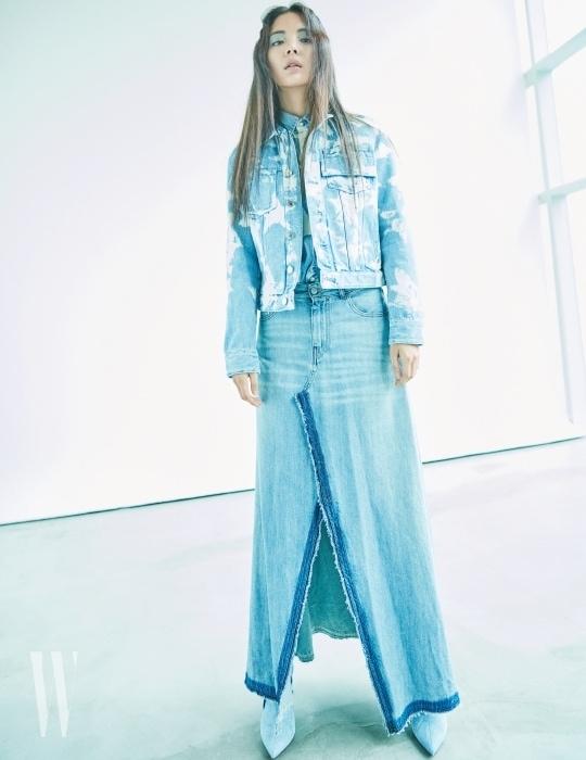 빈티지 무드의 별 워싱 장식의 데님 재킷과 셔츠, 부츠는 모두 지방시 제품. 가격 미정. 과감한 커팅으로 데님의 자유로운 무드를 강조한 롱스커트는 MM6 제품. 59만원.