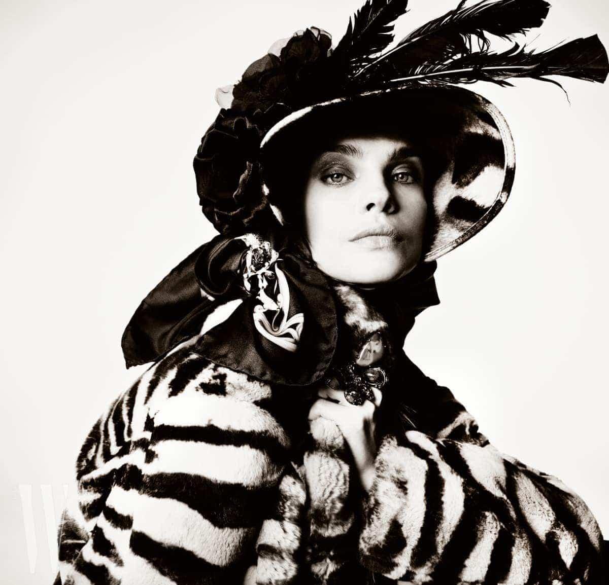 모피 코트는 Marni, 모자는 Patricia Underwood, 모자에 장식한 꽃은 M&S Schmalberg, 스카프는 What Goes Around Comes Around, 브로치는 Eleuteri, 커다란 반지는 Iradj Moini 제품.