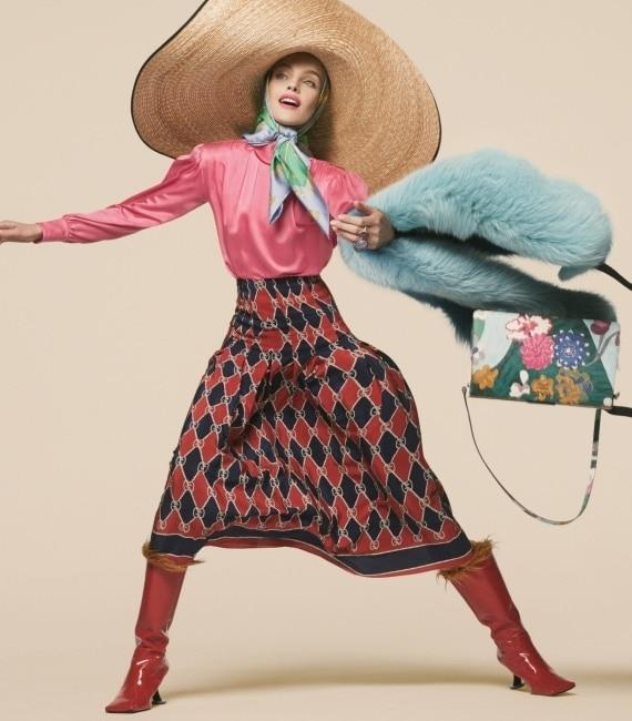 진한 분홍색 블라우스와 로고 무늬 스커트, 커다란 스트로 모자는 Gucci, 스카프는 Hermes, 모피 스톨은 Anya Hindmarch, 붉은색 페이턴트 부츠는 Marni, 꽃무늬 가방은 Prada, 왼손에 낀 반지는 (위부터 차례대로) David Yurman, Munnu the Gem Palace 제품