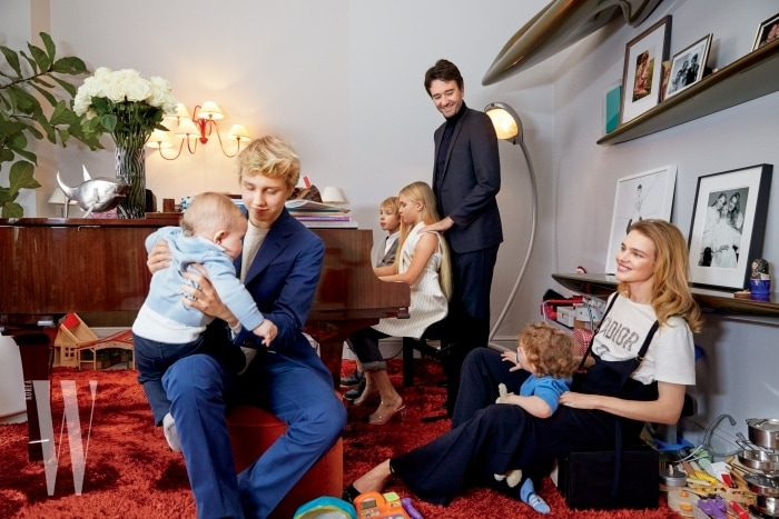 1. 파리에 있는 이들의 복층 아파트에서. 루카스의 파란색 슈트는 로로 피아나 제품. 로만의 하늘색 카디건과 바지는 디올 제품. 피아노 앞에 있는 빅터의 셔츠와 카디건은 디올 제품. 네바의 톱은 팔라스, 바지는 디올, 구두는 샤넬 제품.