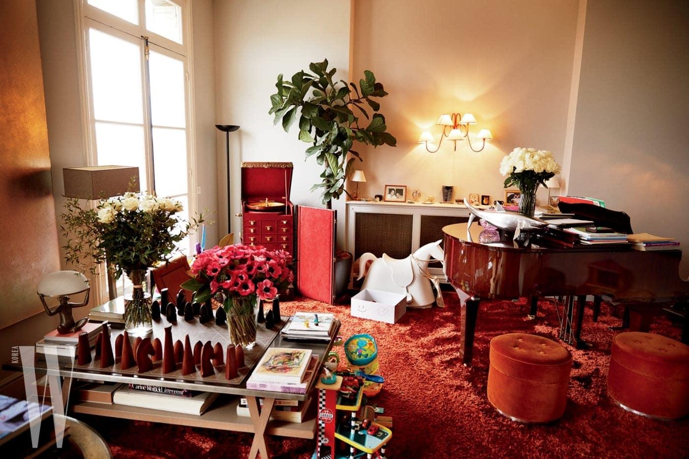책과 꽃은 이렇게 집 안 전체에 널려 있다. 거실은 아이들에게 점령당하는 것이 일상.