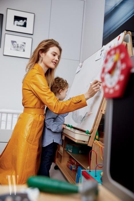낙서용 칠판은 아이들이 있는 집의 필수품이다. 나탈리아의 코트는 보테가 베네타 제품.