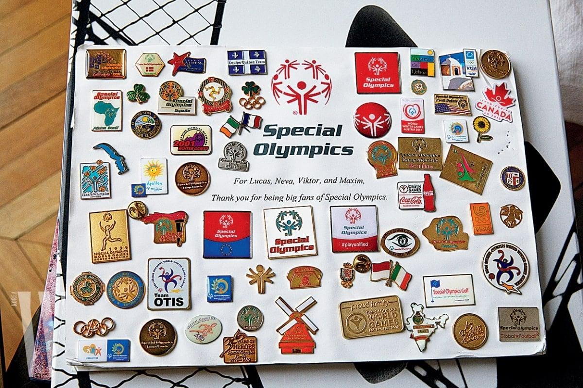 나탈리아가 위원장으로 일하는 스페셜 올림픽의 기념 핀들.