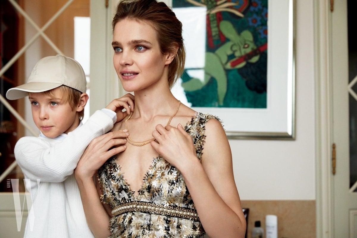 나탈리아의 드레스는 샤넬 제품. 빅터의 니트 티셔츠는 로로 피아나 제품.
