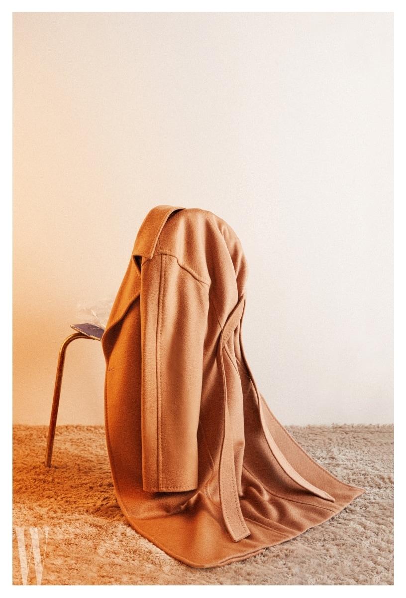 넉넉한 핏과 캐멀색 울 소재의 우아한 코트는 막스마라 제품. 가격 3 백43만원.