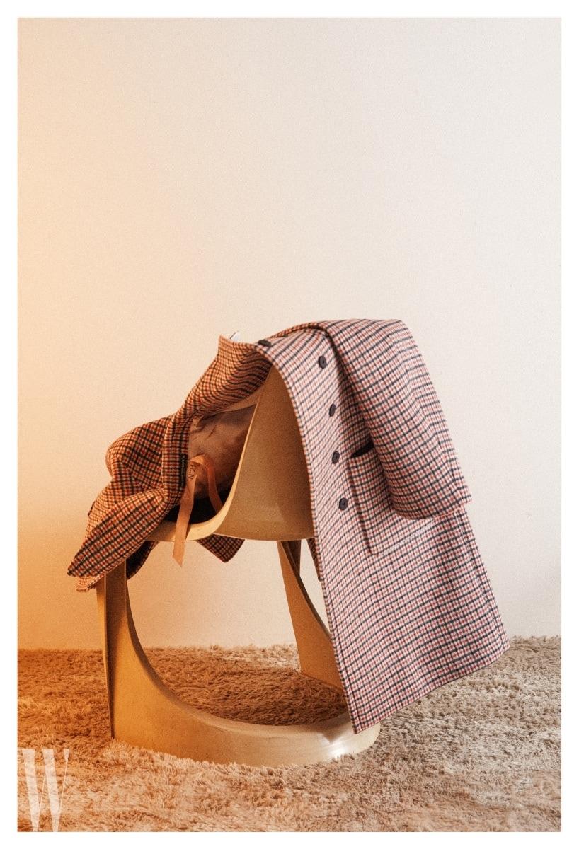 붉은 톤의 체크 패턴이 브리티시 느낌을 풍기는 코트는 No .21 by 10 꼬르소 꼬모 제품. 가격 2 백38만원.