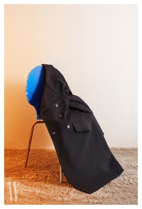 테일러링이 돋보이는 감청색 롱 코트는 폴로 랄프로렌 제품. 가격 99 만9천원.