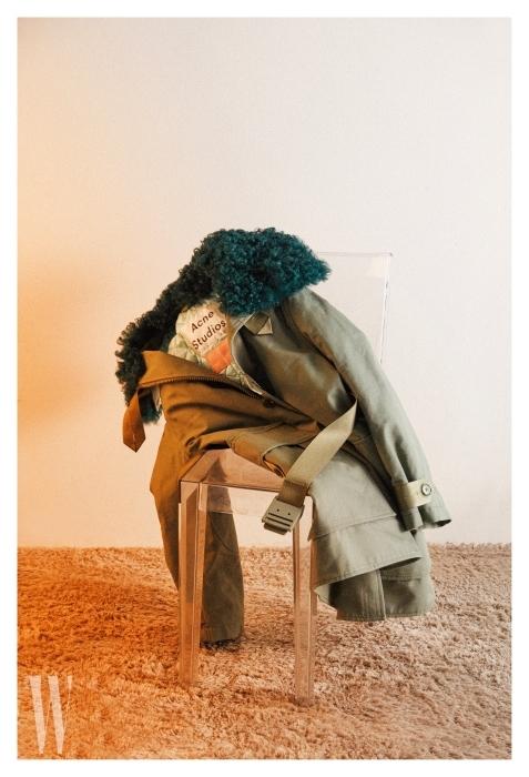 목 부분 퍼 장식을 탈착할 수 있는 밀리터리 점퍼는 아크네 스튜디오 제품. 가격 2 백 9만원.