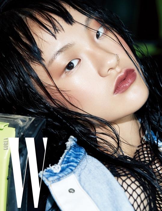 스포티한 메시 톱과 데님 재킷은 모두 SJYP 제품.