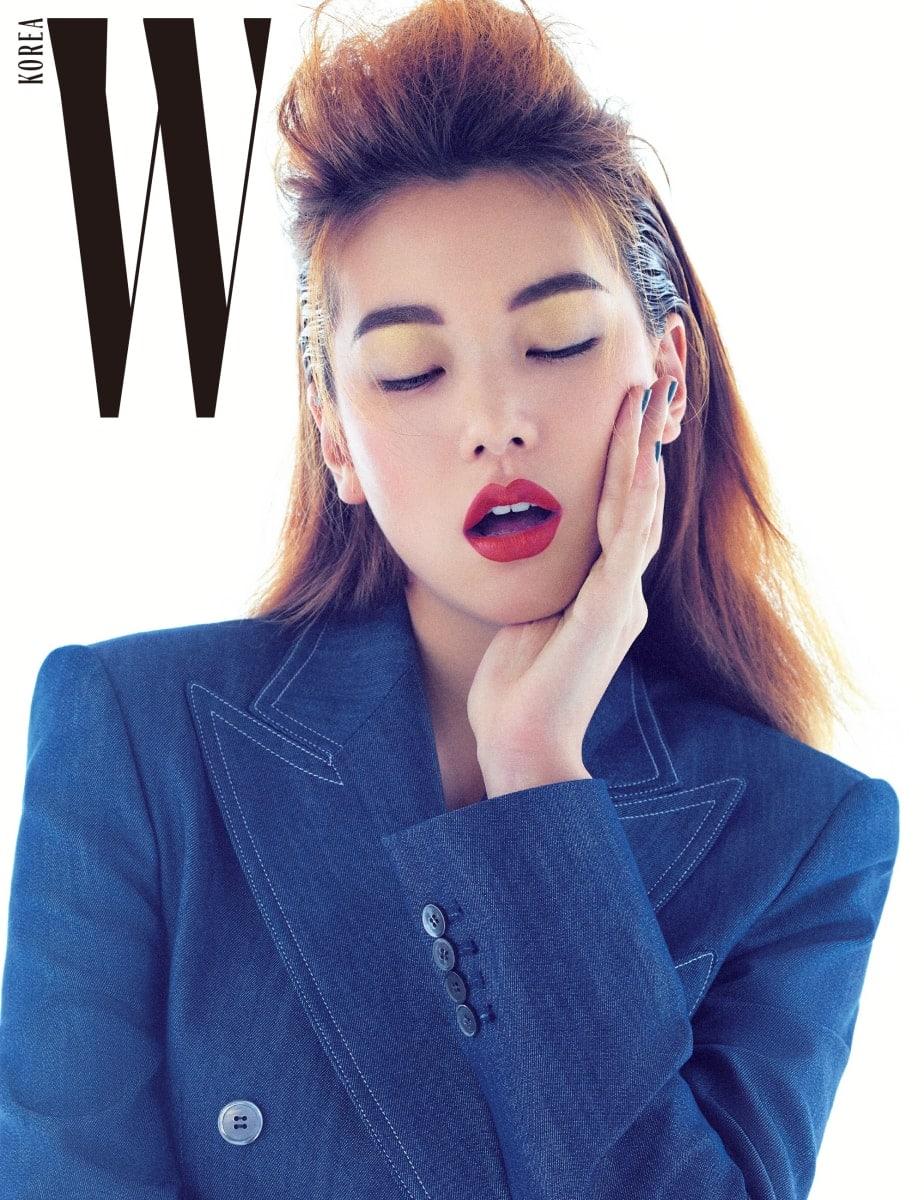 하얀색 스티치, 은은하게 빛나는 자개 단추가 특징인 데님 슈트는 Jaybaek Couture 제품.